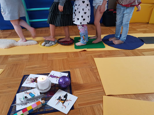 Fuß-Yoga: viel spüren am Barfuß-Weg