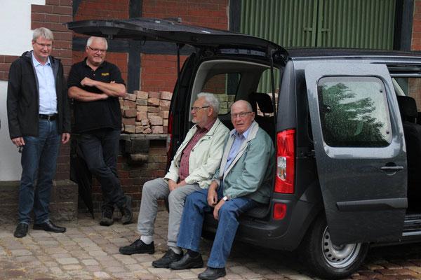 Das Fahrzeug wurde von Peter Nissen (li.), Ralf Döhne, Josef Peer und Robert Altmann auf Herz und Nieren getestet.