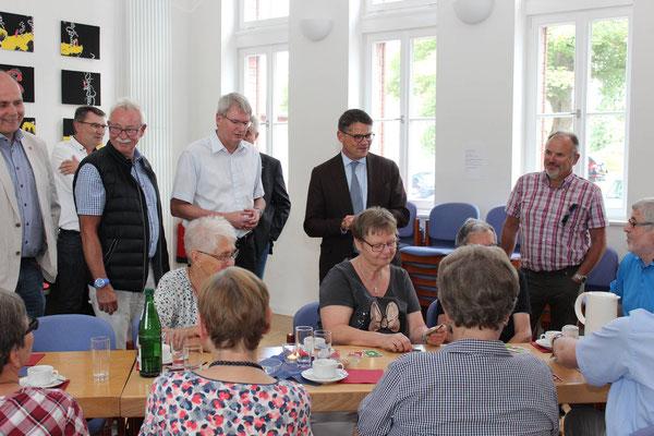 Zahlreiche Teilnehmer des Offenen Treffs, zeigten dem Minister (2.v.r.) wie belebt und beliebt das Mehrgenerationenhaus ist.