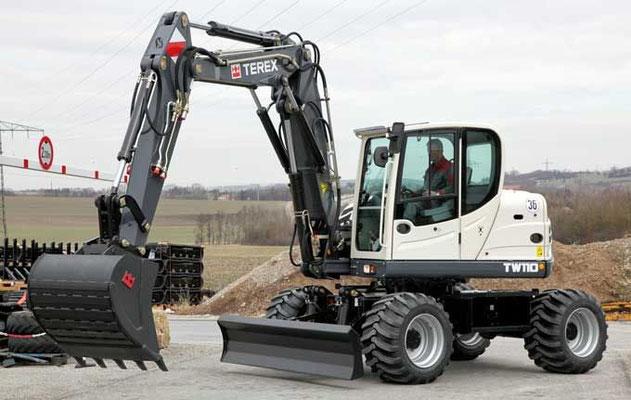 Компактный колесный экскаватор TEREX TW110 эксплуатационной массой 10,99 т с ковшом емкостью 0,15–0,48 м3