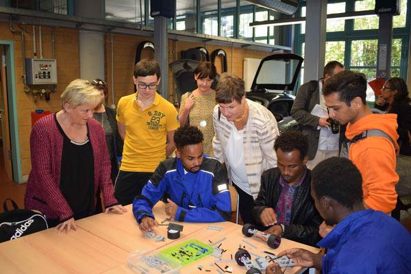"""Lego-Projekt in der Werkstatt mit """"Flüchtlingen"""", die sich auf den Hauptschulabschluss vorbereiten"""