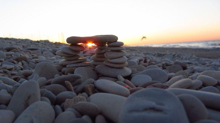 Es gibt zwei Arten sein Leben zu leben: Entweder so, als wäre nichts ein Wunder, oder so, als wäre alles eines. ~ Albert Einstein