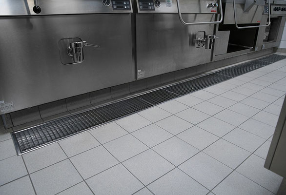 Küchenrinne elektropoliert aus Edelstahl mit Gitterrost
