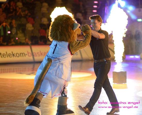 Maskottchen Bonni mit Baskets-Trainer mathias Fischer