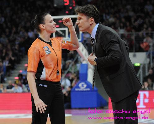 Schiedsrichterin Anne Panther diskutiert mit Bonns Coach Mathias Fischer