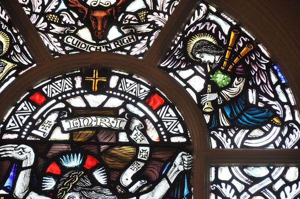 Dudelsackpfeifer im Kirchenfenster, weltweit einmalig