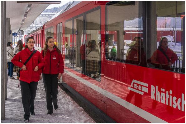 RhB Rhätische Bahn - Zugbegleiterinnen am Bahnhof Samedan - Foto: 02.02.2019