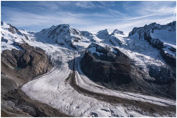 Bildmitte: Liskamm (4'527 m) und Grenzgletscher, rechts davon im Hintergrund die beiden Bergzwillinge Castor und Pollux