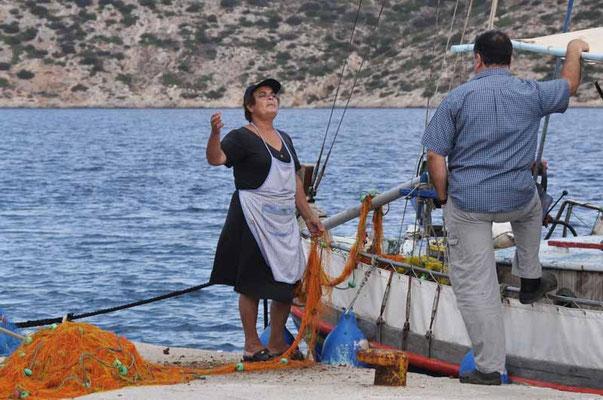 Amorgos - selten, eine Frau welche Netze reinigt