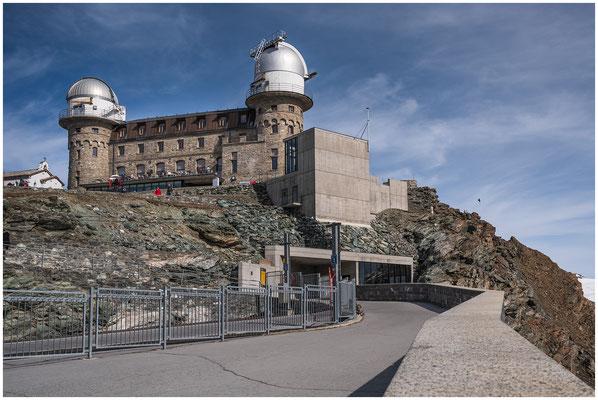 Gornergrat Kulmhotel, erbaut von 1897 bis 1907. In den 1960er Jahren wurde auf den Kuppeln des Hotels zwei astronomische Observatorien erbaut.