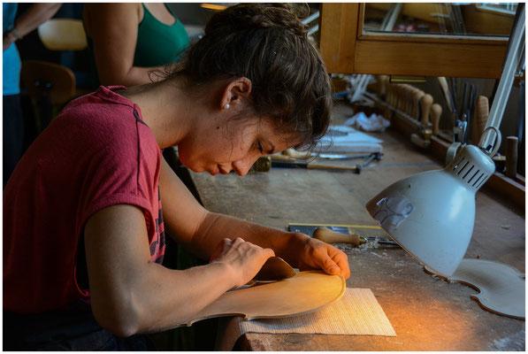 Lernende in der Schweizer Geigenbauschule Brienz