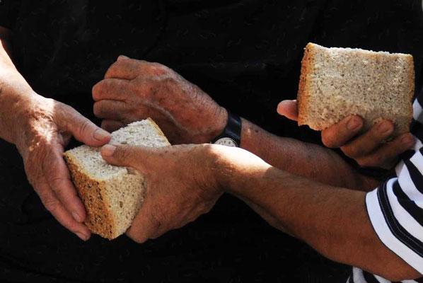 Tilos, Brot teilen