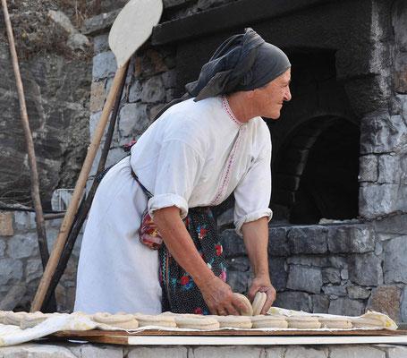 Diafani,  abwechselnd Brot backen für alle, auch für das Bergdorf Olympos