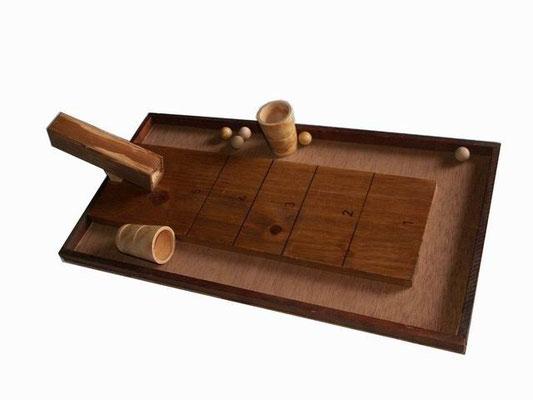 Le chat et la souris : Le joueur (le chat) doit attraper la bille à l'aide du cornet. Un autre joueur laisse tomber la bille( la souris)  dans le tunnel.  Chaque joueur dispose de 5 lancers de suite pour marquer le plus de points.   Les joueurs échangent