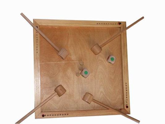 Pipe à la tête : l'objectif est de recouvrir le plus vite possible les jetons à l'aide d'une pipe mais il y a 4 pipes et 3 jetons ... comme le jeu des chaises musicales..