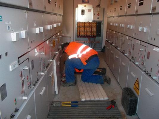 Herr Kähler bei den Vorbereitungen für die Montage der 20kV Endverschlüsse