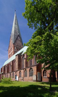 Kirche von Südosten <small><i>(Foto: Rainer Knaepper, Lizenz: freie Kunst)