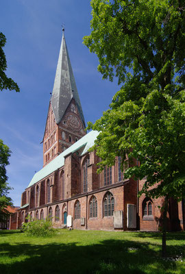 Kirche von Südosten <small><i>(Foto: Rainer Knäpper, Lizenz: freie Kunst)