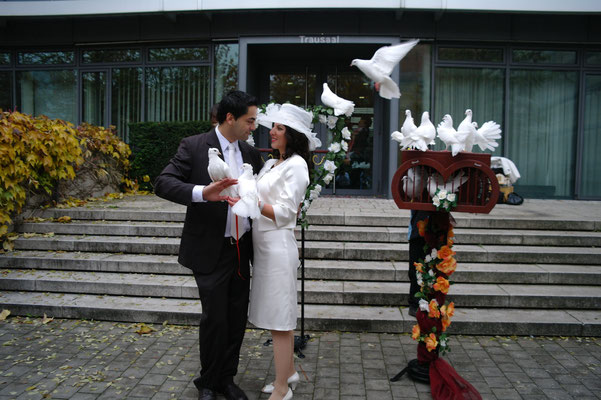 Brautpaar in Mitten weißer Tauben