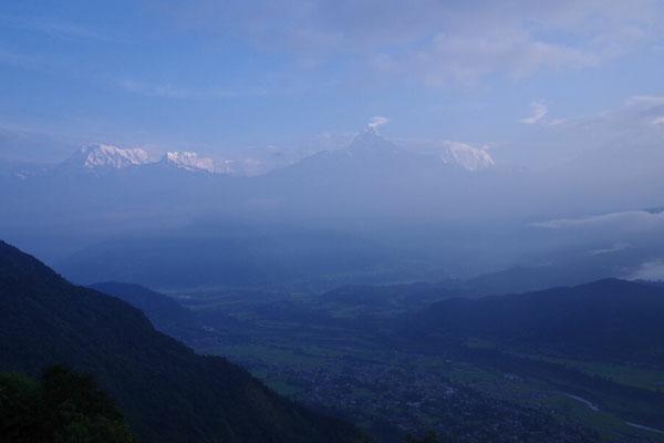 Machapuchre in der Mitte , links Annapurna Sued