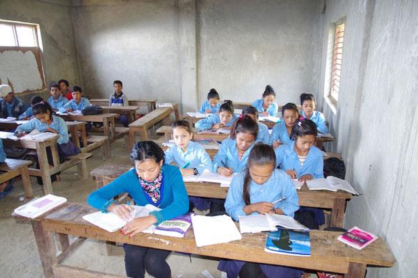 Ein Klassenzimmer mit altem Mobiliar