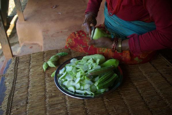 Gemüse wird mit dem Allzweckmesser (sickle) geschnitten