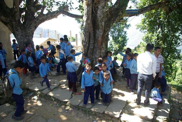 Bei einem Nachbeben versammeln sich die Schüler ungeordnet auf den Freiflächen