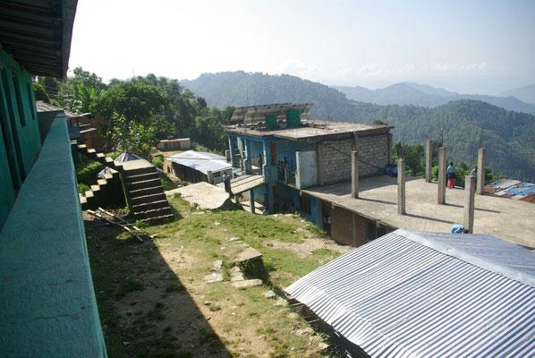 Blick auf die Schule vom Lehrerzimmer, unter den Blechdächern die TLC