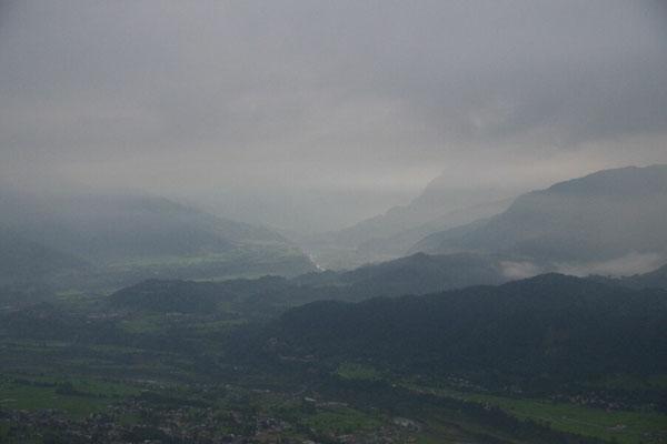 Die Bergkette im Norden ist noch vom Nebel verhuellt