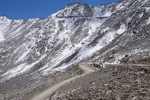 Schotterpiste auf den letzten Kilometern (2 tuechtige Radler bei einer Schnaufpause)