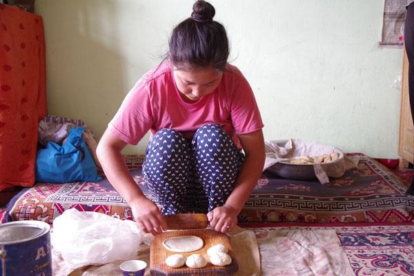 Tsering bereitet Brot (Chapati) vor