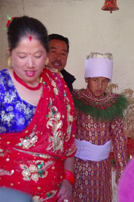 Mutter, mama und Samrat verlassen den Tempel