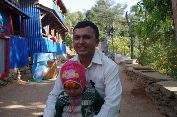 Santosh mit Sohn vor seinem neuen Haus