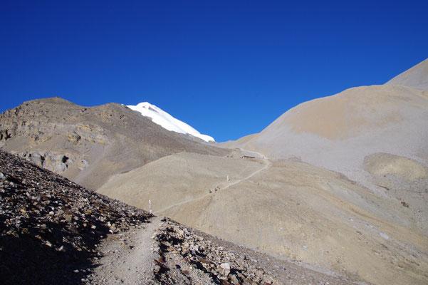 Erster Aufstieg zum Pass. Links der Thorong Peak