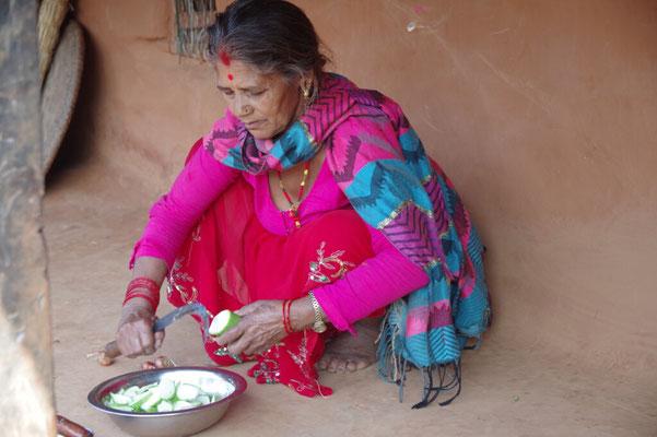 Bahini bereitet das Gemuese vor