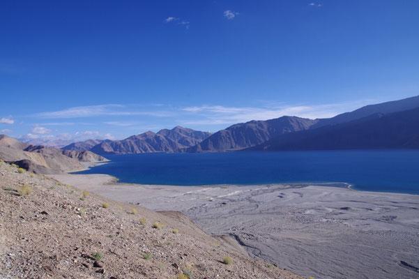 Der See zeigt sein beeindruckendes Blau