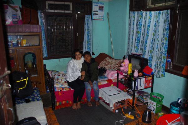 Manisha und Susil, rechts die pinkfarbene neue Steppdecke