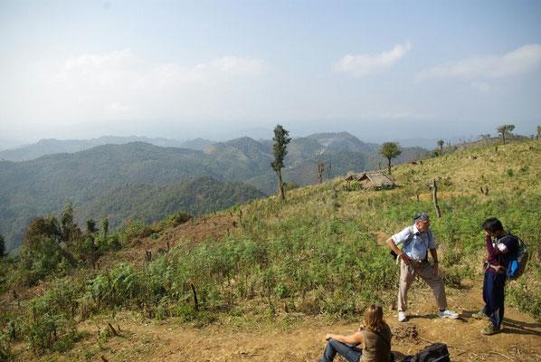 Rast auf einem abgeholzten Bergrücken. Von links: Benjamin, Erwin und Bountal.
