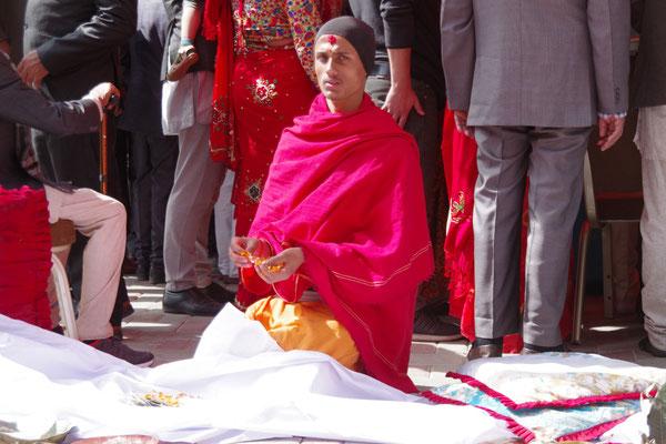 Der Priester bereitet die Pooja vor
