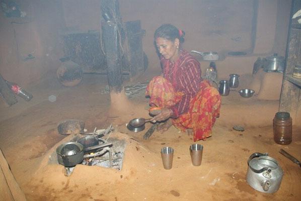Baahini in der Küche die immer rauchgeschwängert ist