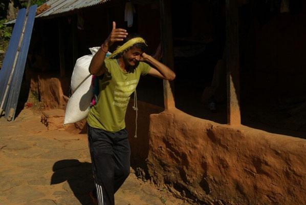 Manish kommt von der Mühle, dann geht er in die Schule
