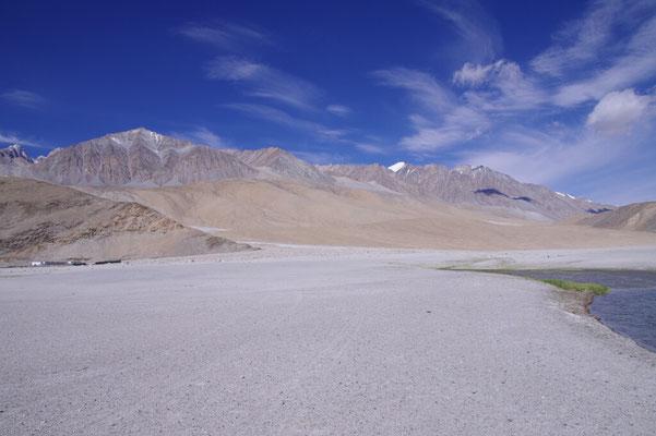 Weisse Gipfel im Hintergrund