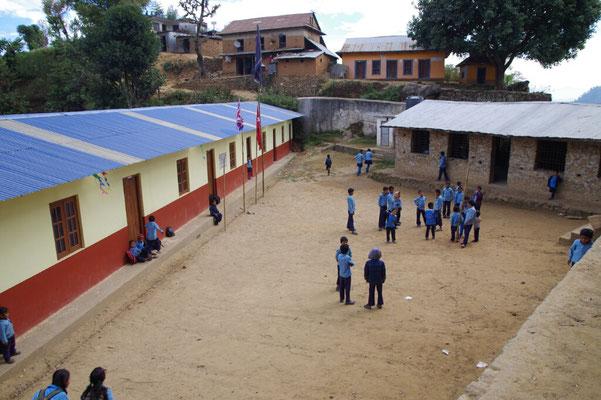 Schulhof wie frueher, links das neue Gebaeude