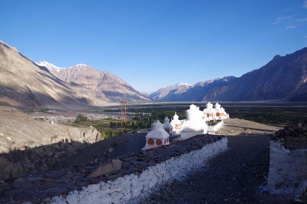 Morgenspaziergang Richtung Kloster mit schoenem Blick ins Tal