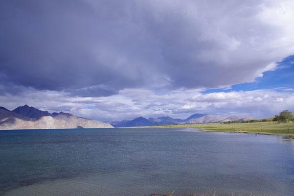 Ploetzlich haengen beeindruckende Wolken tief ueber dem See
