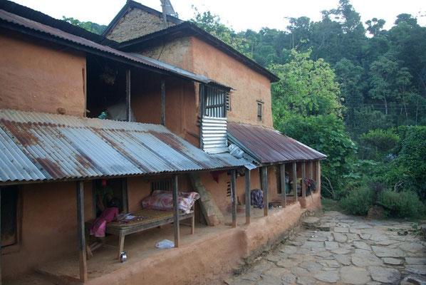 Vorderseite von Nandas Haus. Ganz am hinteren Ende ist mein Obdach.