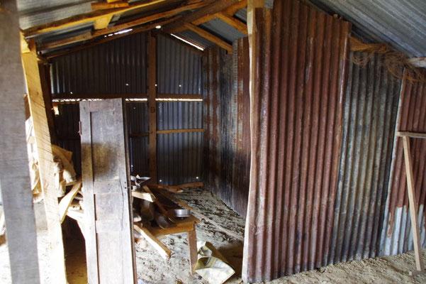 So sieht oft der Innenausbau aus. Wenig Holz, viel Wellblech.