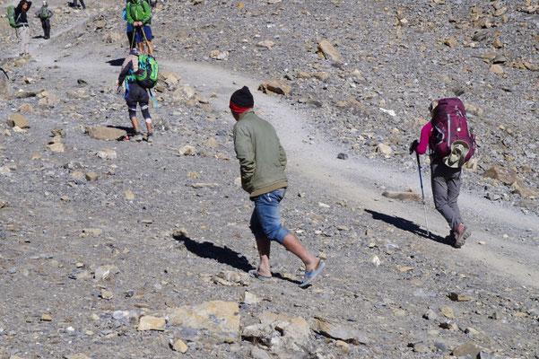 Das schaffen nur Nepali - in 5000 m Hoehe mit Badelatschen unterwegs sein