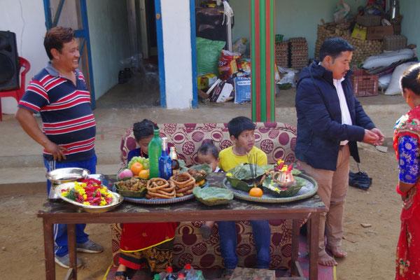 Samrat mit Geschwistern an seinem Tisch