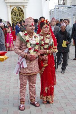 Das Paar stellt sich den Fotografen